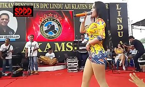 Indonesian morose dance - pulling sintya riske wild dance on the top of duration