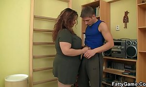 Rotund seduces him and copulates hither rub-down the gym