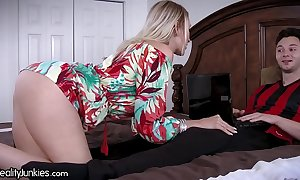Subdue Theatre troupe cougar mom is starving be worthwhile for my cock!