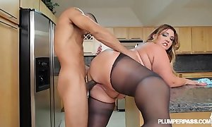 Chunky takings latin babe bbw wears stocking and fucks in caboose