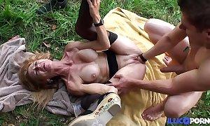 Bonne cougar comme ‡a et bien matured baisée dans un champ [full video]